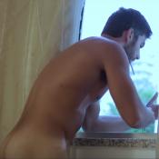 Marido de Deborah Secco, Hugo Moura deixa bumbum à mostra em websérie gay