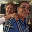 Zeca Pagodinho ganha uma massagem da ex-jogadora de basquete e atual comentarista esportiva da TV Globo, Hortência