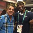 Zeca Pagodinho posa para as fotos ao lado do ex-atleta brasileiro Robson Caetano