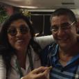 Zeca Pagodinho posa ao lado de Regina Casé em momento descontraído