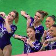 Meninas da ginastica artística posam para as fotos após as apresentações