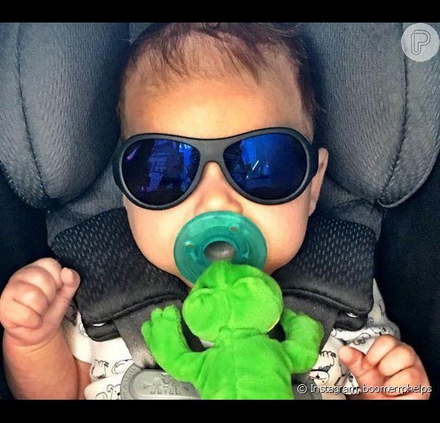 Aos 3 meses, Boomer, filho do nadador americano Michael Phelps e de Nicole Johnson, faz sucesso na web com 101 ml seguidores no Instagram