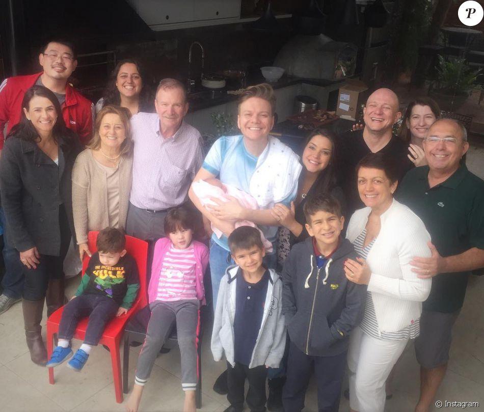 Michel Teló e Thais Fersoza posam com filha, Melinda, e família no primeiro churrasco da herdeira, no último domingo, dia 07 de agosto de 2016