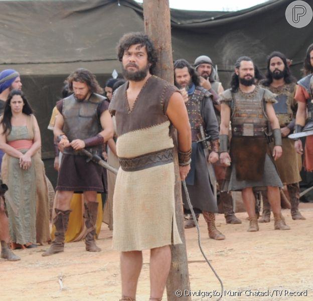 Elói (Claudio Gabriel) está prestes a ser apedrejado pelos hebreus, na novela 'A Terra Prometida', na segunda-feira, 15 de agosto de 2016