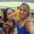 Pérola Faria torceu com uma amiga na partida Brasil x Suécia no futebol feminino