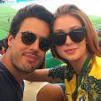 Marina Ruy Barbosa e o noivo, Xandinho Negrão, foram ao Maracanã assistir a partida entre Brasil e Honduras. 'Obrigada Neymar! Amamos! Jogão! Parabéns seleção!', escreveu a atriz na legenda da foto publicada no Instagram