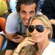 Adriane Galistou posa com o amigo Alvaro Ganeiro na arquibancada do Maracanã