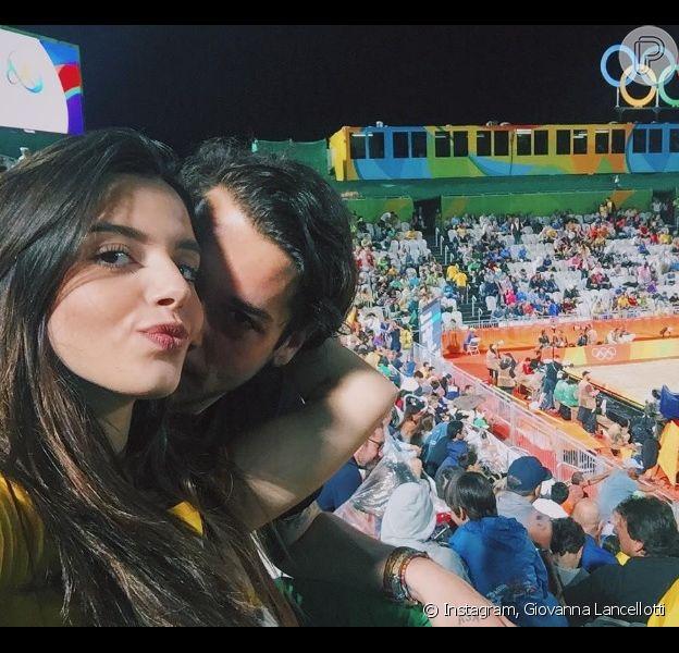 Giovanna Lancellotti e o namorado, Gian Luca Ewbank, conferiram a final do vôlei de praia masculino em Copacabana, Zona Sul do Rio