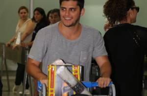 Bruno Gissoni desembarca no Rio após gravar cenas de 'Em Família' na Áustria