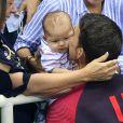 Após outro ouro, Michael Phelps emociona ao beijar o filho, em 9 de agosto de 2016