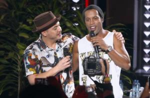 Wesley Safadão lança música com Ronaldinho Gaúcho e web se divide: 'Dois mitos'