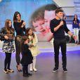 Vera Viel preparou uma surpresa para o marido e levou as filhas, Clara, Maria e Helena, ao palco do 'Hora do Faro' deste domingo, 14 de agosto de 2016