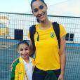 Flavia Saraiva agita web com fotos ao lado de 'gigantes' do Brasil como a jogadora de vôlei de quadra Jaqueline Carvalho, de   1,86m