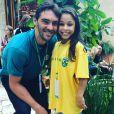 Flavia Saraiva agita web com fotos ao lado de 'gigantes' do Brasil como o ex-jogador de vôlei de quadra Giba, de 1,92m
