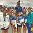 Flavia Saraiva agita web com fotos ao lado de 'gigantes' do Brasil como a jogadora de vôlei de quadra Fabiana Claudino, de 1,93m