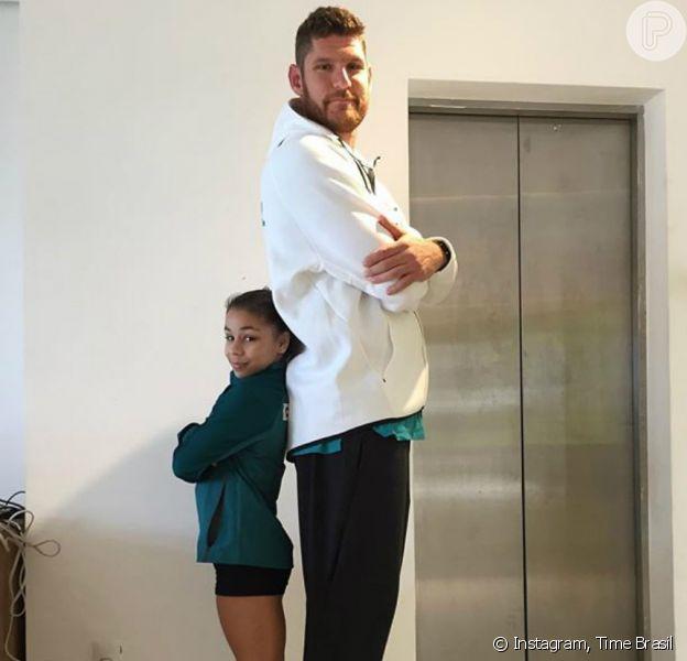 Flavia Saraiva posou ao lado de Alison, do vôlei de praia, de 2,03m, e impressionou os internautas com a diferença de tamanho: 'Dois gigantes dos seus esportes'