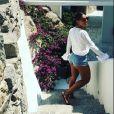 Juliana Paes mostrou as pernas torneadas com um look curto na Grécia