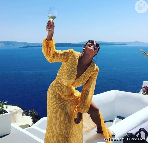 Juliana Paes apareceu bebendo champanhe em um cenário paradisíaco nesta sexta-feira, 12 de agosto de 2016