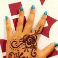Giulia Costa, filha de Flávia Alessandra, mostrou a tatuagem de henna no Snapchat