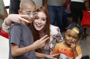 Marina Ruy Barbosa visita crianças em tratamento contra o câncer no Rio