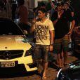Daniel Rocha sai de boate bebendo champanhe e rodeado de mulheres, em dezembro de 2012