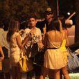 Daniel Rocha sai de boate rodeado de mulheres