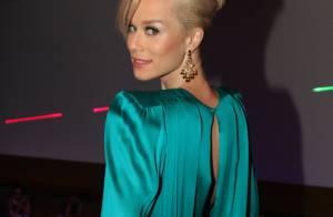 Mariana Ximenes prestigia evento com bolsa relógio e vestido decotado