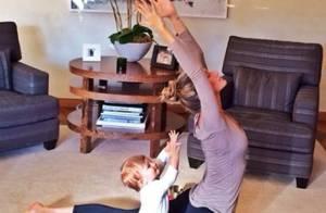 Aos 11 meses, filha de Gisele Bündchen imita a mãe em movimento de ioga