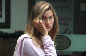 Sasha Meneghel é vista fazendo compras em shopping carioca ao lado da babá