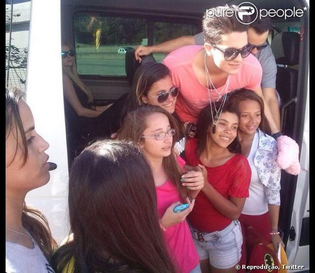 Bárbara Evans foi flagrada dentro da van de Luan Santana. O clique foi feito por fãs do cantor que saiu do veículo para posar para fotos
