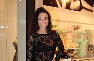 Débora Nascimento aposta em look justinho e transparente para prestigiar evento