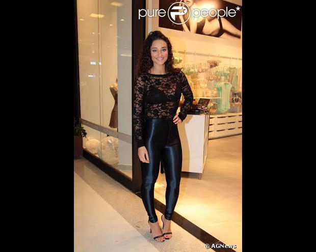 Com look justinho e transparente, Débora Nascimento prestigia coquetel de inauguração de loja, em São Paulo, nesta quarta-feira, 4 de novembro de 2013