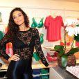Com look justinho e transparente, atriz Débora Nascimento vai a coquetel de inauguração de loja, nesta quarta-feira, 4 de novembro de 2013, em São Paulo
