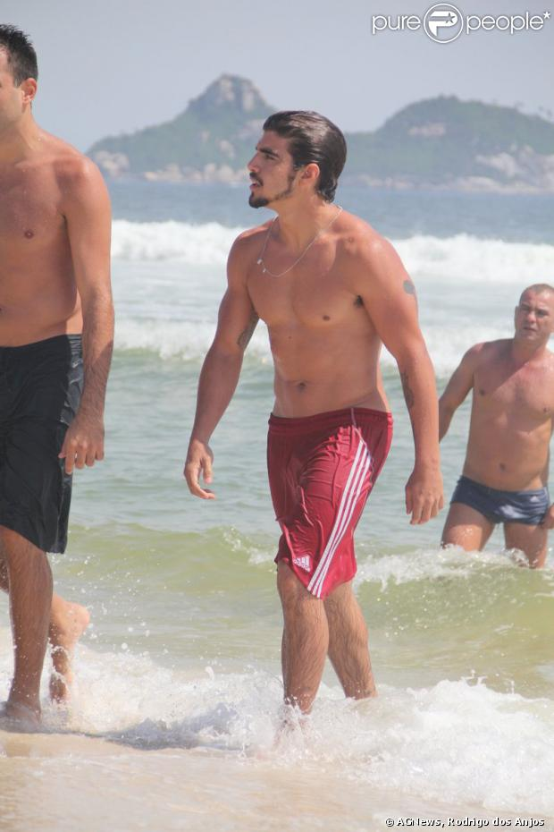 Caio Castro exibe boa forma na praia da Barra da Tijuca, em 5 de dezembro de 2013