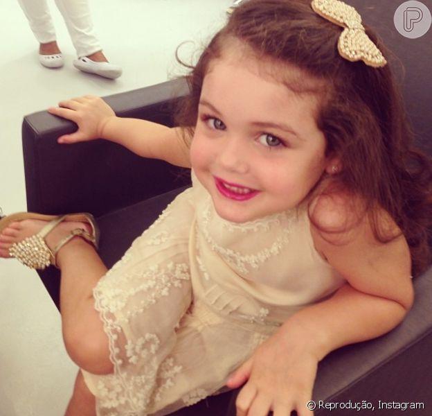 Maysa, filha de Tânia Mara e Jayme Monjardim, posa para fotos após receber tratamento de beleza no salão de Celso Kamura. A imagem foi publicada no Instagram em 7 de dezembro de 2013