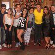 Anitta janta na companhia de Preta Gil e amigos em churrascaria do Rio