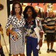 Luiza Brunet posa com Glória Maria durante lançamento de livro do ex-diretor Boni, na Livraria da Travessa, no Shopping Leblon, Zona Sul do Rio de Janeiro, em 10 de dezembro de 2013