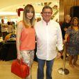 Boninho, filho de Boni, conferiu o lançamento do pai ao lado da mulher, Ana Furtado, em 10 de dezembro de 2013