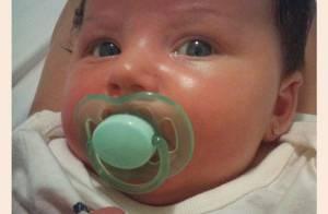Carol Francischini mostra os olhos azuis da filha, Valentina, em foto