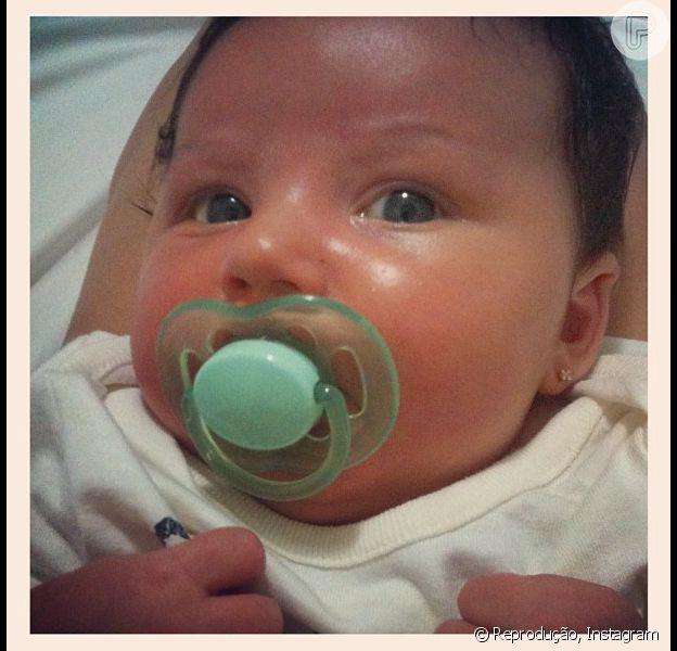 Carol Francischini publica foto com o rosto da filha em 1° de dezembro de 2013