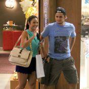 Bruno Gissoni faz compras em shopping carioca com a namorada, Yanna Lavigne