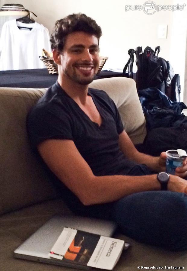 Cauã Reymond descansa durante gravação de comercial em São Paulo, no dia 12 de dezembro de 2013. 'Momento de descanso no set', diz o ator