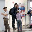 Cauã Reymond foi clicado enquanto desembarcava no aeroporto de Congonhas, em São Paulo, na manhã desta sexta-feira, 13 de dezembro de 2013