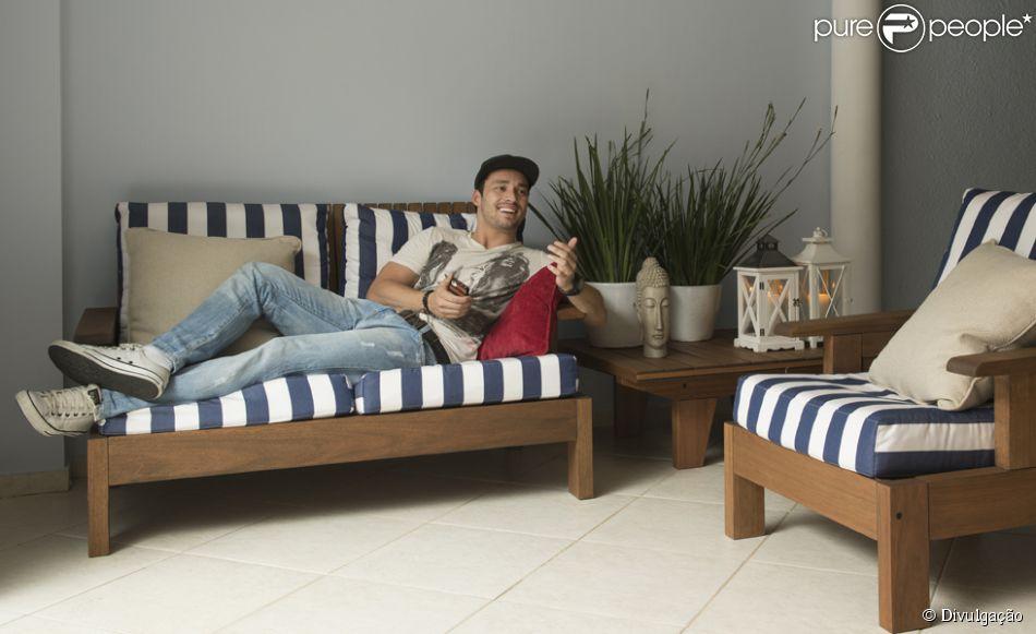 No Rio de Janeiro, Rodrigo Andrade divide uma casa de 350 m², na Barra da Tijuca , com seu colega de elenco, Caio Castro. De acordo com o ator, cada detalhe do ambiente foi decorado com primor, em 17 de dezembro de 2013