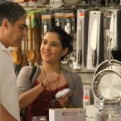 Filha de William Bonner ajuda pai a comprar utensílios domésticos em loja. Fotos