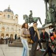 Já na pele de Luiza, Bruna Marquezine viajou para Viena, na Áustria, para gravar com parte do elenco da trama de Manoel Carlos