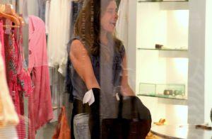 Giovanna Antonelli vai ao shopping sem maquiagem e se diverte fazendo compras