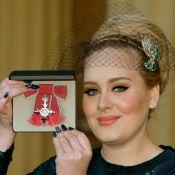 Adele recebe condecoração da família real por sua carreira artística