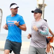 Luciano Huck corre ao lado de personal trainer na orla da praia no Rio