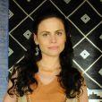 Acsa (Marisol Ribeiro) ganha uma presilha de cabelo de Gibar (Rodrigo Phavanello), mas repete a atitude do hebreu, na novela 'A Terra Prometida'